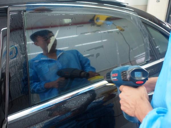 瑞和车饰技师施工侧挡太阳膜